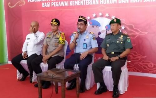 Kepala Kantor Wilayah (Kakanwil) Kementerian Hukum dan HAM (Kemenkumham) Jawa Barat, Liberti Sitinjak (kedua kanan) saat konfrensi pers di SOR Arcamanik, Kota Bandung, (Foto Ant)