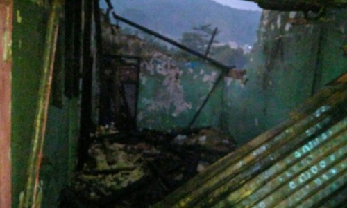 Kebakaran yang terjadi di Kampung Segog, Desa Batununggal, Kecamatan Cibadak, Kabupaten Sukabumi, Jabar yang terjadi pada Rabu, (5/9) mengakibatkan salah seorang penghuni rumah mengalami luka bakar yang cukup serius. (foto/Ant)
