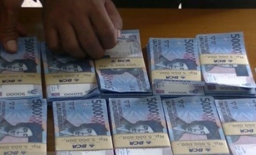 Uang palsu pecahan Rp50 ribu yang disita dari tersangka oleh polisi Sukabumi, Jawa Barat beberapa waktu lalu. (Foto: Aditya Rohman/Antaranews).
