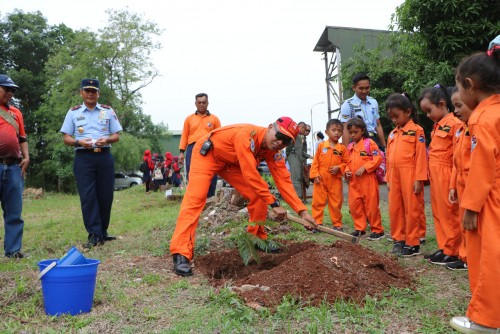 Kepala Dinas Operasi Lanud Suryadarma Kolenel PNB Antonius Adi Nur (menggunakan Ovrall orange) sebagai ketua panitia pelaksana kegiatan Wisata Dirgantara tahun 2019 Lanud Suryadarma tengah bersalaman dengan salah satu anak yang ikut acara tersebut dan dil