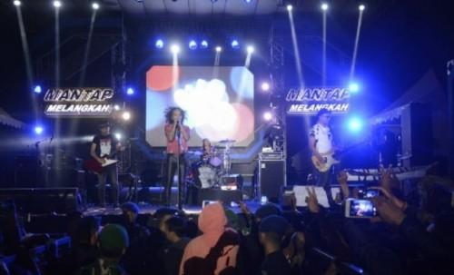 Aksi panggung personel band Slank di Lapangan Korem Tarumanagara, Kabupaten Garut, Jawa Barat, Minggu (30/06/2019) (Foto Ant)