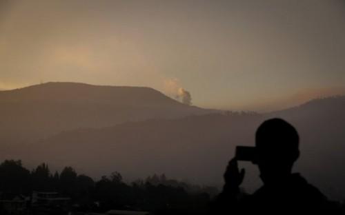 Arsip Foto. Warga mengabadikan erupsi Gunung Tangkuban Parahu dari Mekarwangi, Lembang, Kabupaten Bandung Barat, Jawa Barat, Jumat (26/7/2019). Pos Pengamatan Gunung Api Tangkuban Parahu mencatat, Gunung Tangkuban Parahu mengalami erupsi dengan tinggi kol