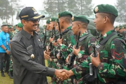 Wakil Bupati Garut Helmi Budiman bersalaman dengan prajurit yang siap bertugas melaksanakan pengamanan perbatasan Indonesia-Malaysia di Markas Yonif Raider 303/SSM Kostrad, Kabupaten Garut, Jawa Barat, Jumat (14/06/2019)