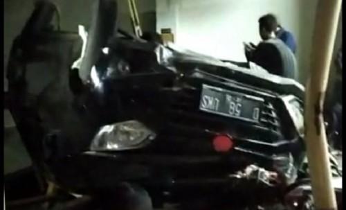 Mobil terguling setelah menabrak sepeda motor, petugas parkir dan pedagang cuanki di halaman parkir Minimarket Alfamart Jalan Otto Iskandardinata, Kabupaten Garut, Jawa Barat, Rabu (24/07/2019) (Foto/Ant)