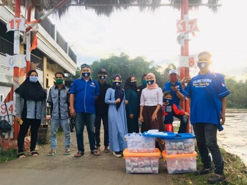 Karang Taruna Desa Cimerang Kecamatan Padalarang Kabupaten Bandung Barat, berbagi takjil kepada warga. (Foto: Yanto)